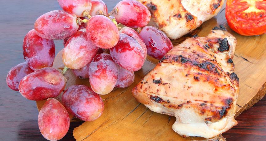 חזה עוף, דלעת וענבים שחורים ברוטב חמוץ מתוק