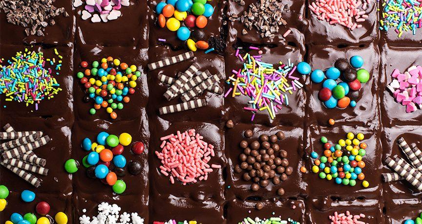 עוגת שוקולד קוביות בציפוי שוקולד וסוכריות