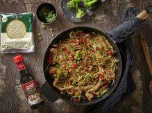 ארוחת אטריות, עוף וירקות בטריאקי בסיר אחד