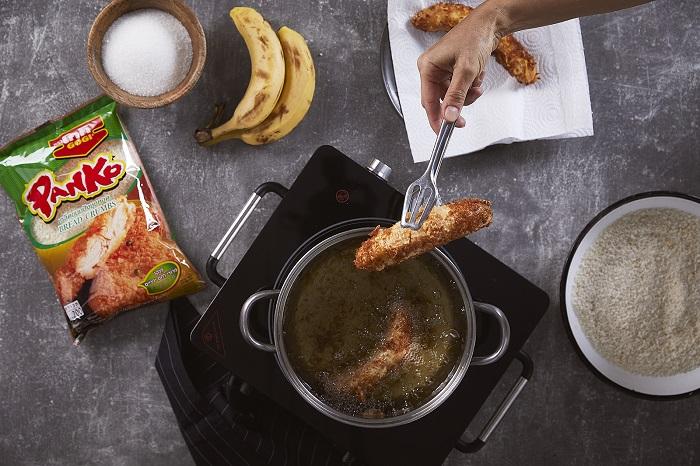 בננה מטוגנת בפירורי פנקו עם רוטב טופי קוקוס