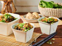 אטריות אורז עם ירוקים ורצועות עוף