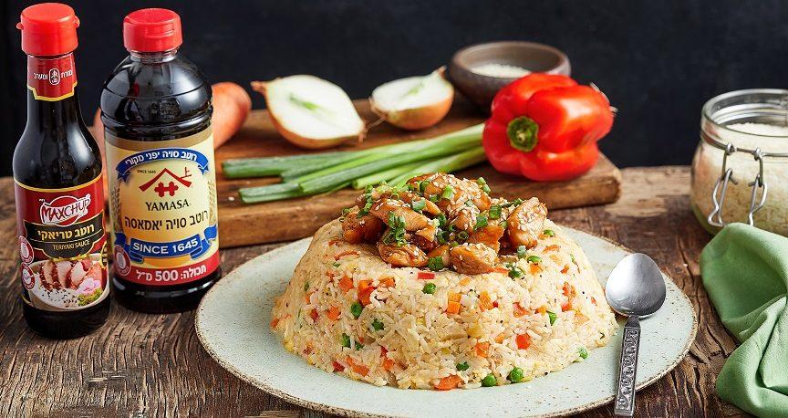 עוף בטריאקי מוגש בכיפת אורז מטוגן
